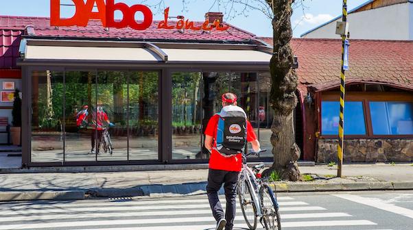 """Franciza românească de 50 de restaurante DAbo:  """"Restricțiile Guvernului sunt pe cale să îngroape industria HoReCa. Clienții își cumpără la pachet și mănâncă pe stradă sau pe trotuar, unde apucă, iar noi stăm cu mesele strânse și ne uităm la ei"""""""